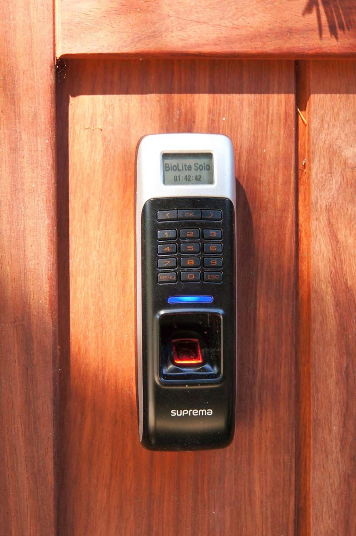 Consepto Hekwerk-Toegangscontrole poort hek draaipoort hout biometrisch