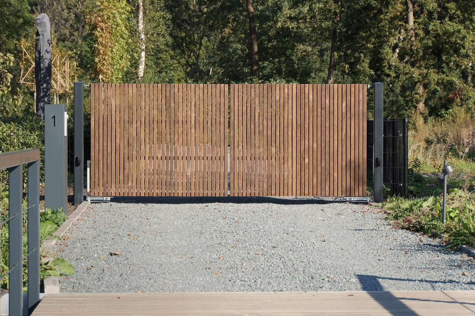 Consepto Hekwerk-Autopoort elektrische toegangspoort autopoort nobelwood hout op brug