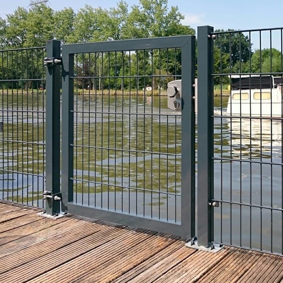 Consepto Hekwerk-Dubbelstaafmathekwerk poort aan het water