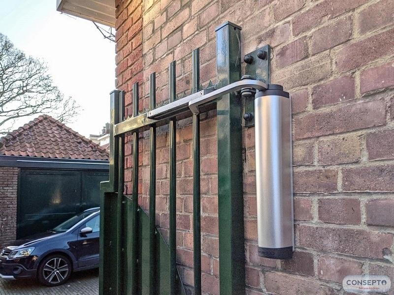 Consepto Hekwerk-Vluchtpoort achterom bij woningblok anti-inbraak deurdranger